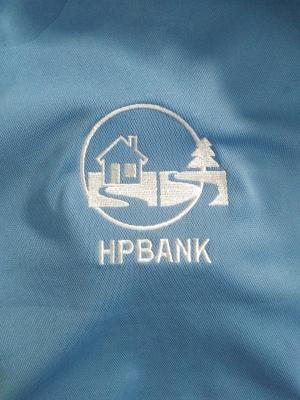 Đang mổ trụ áo thun HPbank